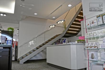 geradläufige Treppe mit Glasgeländer