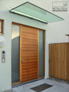 Glasvordach über Eingang