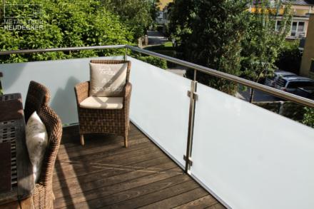 Balkon mit satiniertem Glasgeländer